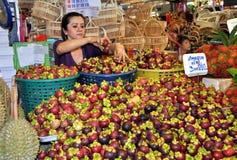 Bangkok, Thaïlande : Femme vendant des fruits de mangoustan images stock