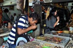 Bangkok, Thaïlande : Homme au marché de rat de Maha photos libres de droits