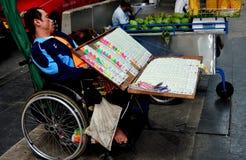 Bangkok, Thaïlande : Homme vendant la loterie Tix Image libre de droits