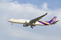BANGKOK THAÏLANDE - 6 JANVIER 2013 : Airbus de Thaiairway débarquant à l'aéroport international de Suvarnabhumi, Bangkok, Thaïlan Image libre de droits