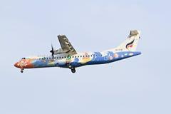 BANGKOK THAÏLANDE - 6 JANVIER 2013 : Avions de Thaiairway débarquant à l'aéroport international de Suvarnabhumi, Bangkok, Thaïlan Images libres de droits