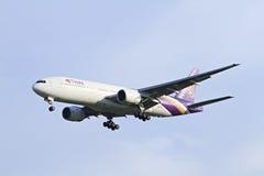 BANGKOK THAÏLANDE - 6 JANVIER 2013 : Boeing de Thaiairway débarquant à l'aéroport international de Suvarnabhumi, Bangkok, Thaïlan Images libres de droits