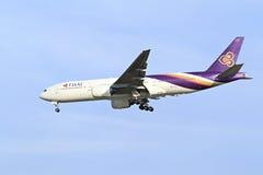 BANGKOK THAÏLANDE - 6 JANVIER 2013 : Boeing de Thaiairway débarquant à l'aéroport international de Suvarnabhumi, Bangkok, Thaïlan Image libre de droits