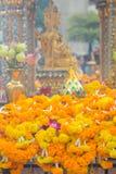 Bangkok, Thaïlande - 27 janvier 2018 : Fleurit des cadeaux pour le culte bouddhiste au tombeau d'Erawan à Bangkok Image stock