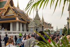 Bangkok, Thaïlande - 26 janvier 2018 : Touristes rendant visite à Wat Phra Kaew (Wat Phra Sri Rattana Satsadaram) à Bangkok, Thaï photos stock