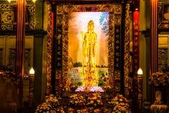 Bangkok, Thaïlande - 22 juillet 2017 : La déesse de la statue de compassion et de pitié s'assied maintenant dans Kuan Yim Shrine  photographie stock libre de droits