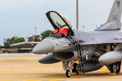 BANGKOK, THAÏLANDE - 30 JUIN : F-16 de festival thaïlandais royal d'exposition de l'Armée de l'Air Images stock