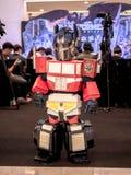 Bangkok, Thaïlande - 15 juin 2017 : Le garçon portant un costume d'Optimus principal est un caractère fictif des transformateurs  photos stock