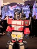 Bangkok, Thaïlande - 15 juin 2017 : Le garçon portant un costume d'Optimus principal est un caractère fictif des transformateurs  images stock