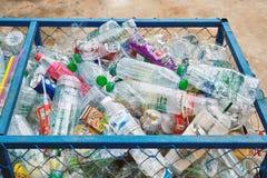 BANGKOK, THAÏLANDE - 28 juin 2018 : Le récipient pour la collection de réutilisent les bouteilles en plastique dans la ville photos stock