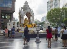 Bangkok, Thaïlande - 28 juin 2015 : Les gens priant au tombeau de Trimurti, l'endroit religieux très célèbre, situé devant Isetan Photo libre de droits