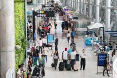 Bangkok, Thaïlande - 10 juin 2016 : Passagers marchant dans Suvanap Photographie stock