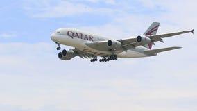 Bangkok Thaïlande - June15,2017 : Approche plate de ligne aérienne du Qatar pour débarquer à l'aéroport de suvarnabhumi, Qatar un banque de vidéos