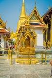 BANGKOK, THAÏLANDE, LE 8 FÉVRIER 2018 : Belle, d'or structure au pénétrer dans de Wat Phra Kaew, temple de l'émeraude Photos libres de droits