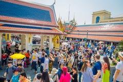 BANGKOK, THAÏLANDE, LE 8 FÉVRIER 2018 : Foule des personnes marchant au pénétrer dans de Wat Phra Kaew, temple de l'émeraude Photos stock