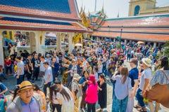 BANGKOK, THAÏLANDE, LE 8 FÉVRIER 2018 : Foule des personnes marchant au pénétrer dans de Wat Phra Kaew, temple de l'émeraude Photographie stock