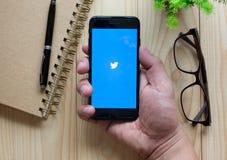 BANGKOK, THAÏLANDE, LE 28 MARS 2017 : Apple iPhone7 ouvrent le Twitter Image libre de droits