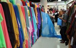 Bangkok, Thaïlande : Le négociant avec des tissus Photographie stock libre de droits