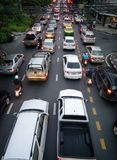 BANGKOK, THAÏLANDE - 31 MAI : Les banlieusards se coincent dans un embouteillage image libre de droits
