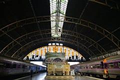 BANGKOK, THAÏLANDE mars 03,2016 : Les trains attend à une plate-forme Photographie stock libre de droits