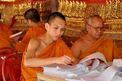 Bangkok, Thaïlande : Moines chez Wat Suthat Image libre de droits