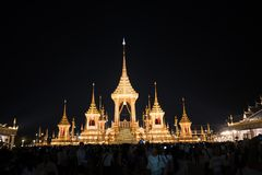 Bangkok, Thaïlande - 4 novembre 2017 : Beaucoup de touristes dans le crématorium royal pour le Roi Bhumibol Adulyadej Photo stock