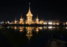 Bangkok, Thaïlande - 4 novembre 2017 : Beaucoup de touristes dans le crématorium royal pour le Roi Bhumibol Adulyadej Images stock