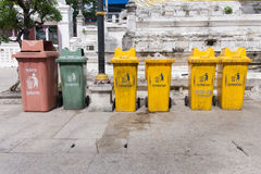 Bangkok, Thaïlande - 13 novembre 2016 : Coloré réutilisez les poubelles chez Wat Rakhang Khositaram Woramahawiharn, temple en Tha Images stock