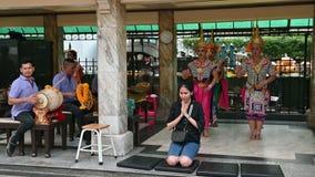 Bangkok, Thaïlande - 23 novembre 2018 : Danseurs traditionnels thaïlandais au tombeau d'Erawan banque de vidéos