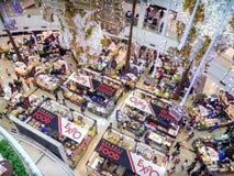 BANGKOK, THAÏLANDE - 18 NOVEMBRE : La foire locale de nourriture a lieu sur le premier étage du mail Bangkhae à Bangkok le 18 nov photo libre de droits
