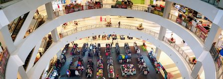 BANGKOK, THAÏLANDE - 10 NOVEMBRE : La vente bon marché d'habillement a lieu sur le premier étage du centre commercial de Bangkhae photo stock