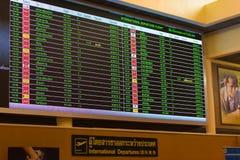 BANGKOK, THAÏLANDE - 28 NOVEMBRE 2016 : Programme de vol dans thaïlandais à l'aéroport de Bangkok Vol international Images stock