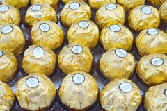 BANGKOK THAÏLANDE - 15 novembre 2017 : Une boîte de chocolats de Ferrero Rocher Depuis 1982, la sucrerie se compose d'un hazeln r Photo stock