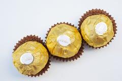 BANGKOK THAÏLANDE - 15 novembre 2017 : Une boîte de chocolats de Ferrero Rocher Depuis 1982, la sucrerie se compose d'un hazeln r Image libre de droits