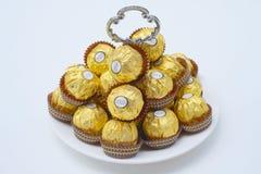 BANGKOK THAÏLANDE - 15 novembre 2017 : Une boîte de chocolats de Ferrero Rocher Depuis 1982, la sucrerie se compose d'un hazeln r Photos stock