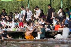 Bangkok, Thaïlande - 8 octobre 2017 : Donnez l'aumône à un moine bouddhiste sur le bateau photographie stock