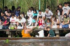 Bangkok, Thaïlande - 8 octobre 2017 : Donnez l'aumône à un moine bouddhiste sur le bateau images stock