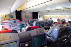 Bangkok, Thaïlande - 29 octobre 2010 : En vol de Thai Airways Boeing 777-300 dans la carlingue en soie classRoyal de classe d'aff Images stock