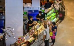 BANGKOK, THAÏLANDE - 30 OCTOBRE : Le couple plus âgé achète j frais Image libre de droits