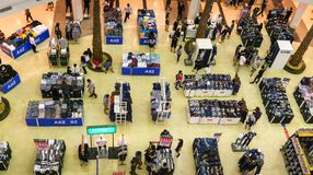 BANGKOK, THAÏLANDE - 29 OCTOBRE : Le mail Bangkhae accueille l'habillement image libre de droits