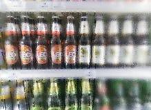BANGKOK, THAÏLANDE - 21 OCTOBRE : Le supermarché de Foodland stocke entièrement la diverse bière dans la section réfrigérée à Ban photographie stock libre de droits