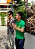 Bangkok, Thaïlande : Prière de deux hommes Images stock