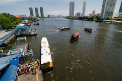 Bangkok Thaïlande : Rivière et ville Photos stock