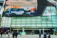 Bangkok, Thaïlande - 16 septembre 2017 : Les gens vont à l'achat au centre commercial d'EmQuatier L'EmQuartier est une grande bou images stock