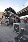 Bangkok/Thaïlande - 12 01 2013 : Un autobus obtenu l'ensemble sur le feu sur la route de Ramkhamhaeng Photo stock