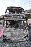 Bangkok/Thaïlande - 12 01 2013 : Un autobus obtenu l'ensemble sur le feu sur la route de Ramkhamhaeng Photos stock