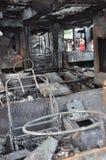 Bangkok/Thaïlande - 12 01 2013 : Un autobus obtenu l'ensemble sur le feu sur la route de Ramkhamhaeng Image libre de droits