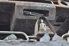 Bangkok/Thaïlande - 12 01 2013 : Un autobus obtenu l'ensemble sur le feu sur la route de Ramkhamhaeng Images libres de droits