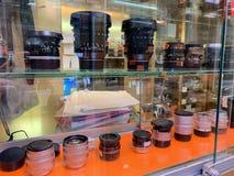 Bangkok, Tha?lande, le 10 mai 2019 Les objectifs de cam?ra de DSLR montrent dans des armoires en verre sur des ?tag?res ? vendre  photo libre de droits
