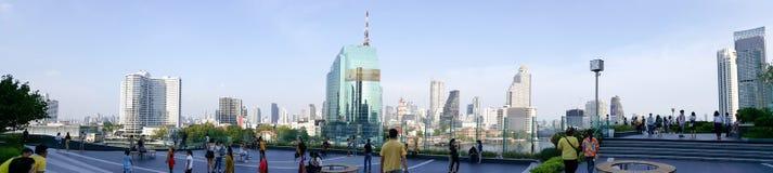BANGKOK, THA?LANDE - 6 MAI 2019 : Beaucoup de personnes prennent des photos ? l'ic?ne Siam Mall le soir, parmi le contexte de photos stock